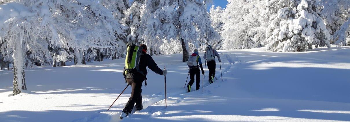 Skitour in tief verschneiter Landschaft